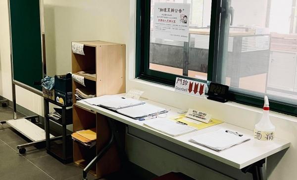 即日起禁止進入系辦公室內洽公,請由3F長廊窗口傳遞相關業務
